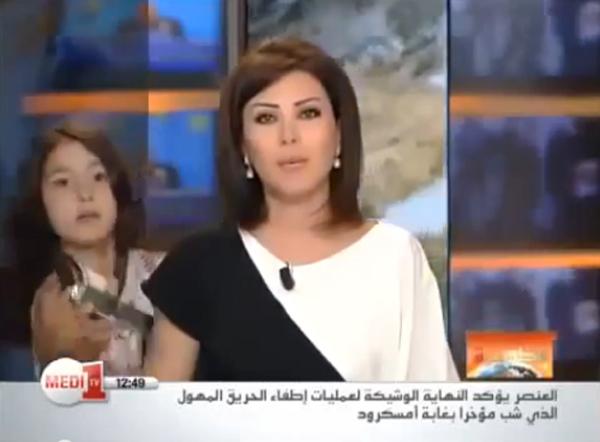 Pillada dándole el móvil a su madre en pleno telediario