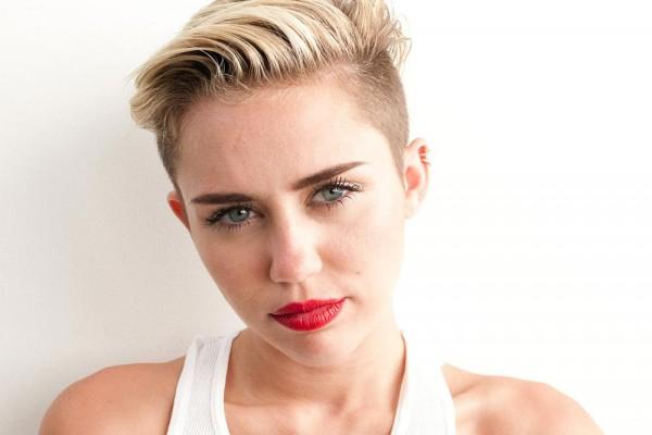 Miley Cyrus, ingresada pero con smartphone en la mano