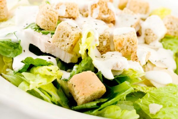 Recetas de cocina saludables para llevar en el tupper; ensalada césar